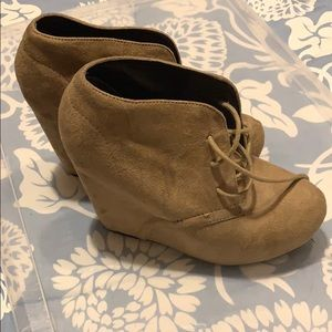 Size 7.5 tan suede booties